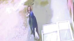 Video: Đang đi ngoài đường, tích tắc sau đã bị nuốt vào lòng đất