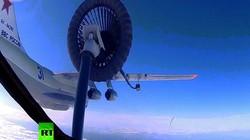 Cảnh tiếp nhiên liệu kép trên không cực chính xác của máy bay Nga
