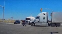 CHOÁNG: Lái xe máy vượt đèn đỏ bị xe tải hất văng ra đường