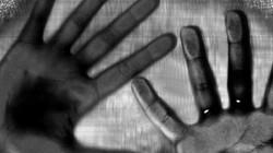Pakistan: Nhìn vào xe cứu thương, bàng hoàng thấy con bị cưỡng hiếp tập thể