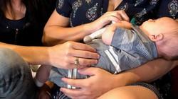 Cặp đôi đồng tính cùng mang thai một đứa con một cách kỳ diệu