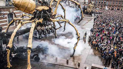 """""""Quái vật"""" nhện máy khổng lồ xuất hiện trên đường phố Pháp"""