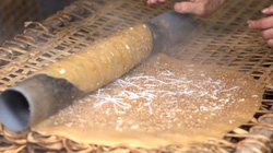 Clip: Khó ngờ chiếc bánh đa nướng Thổ Hà được làm công phu thế này