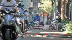 Người Sài Gòn phóng ào ào lên vỉa hè dù đã lắp barie