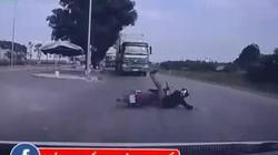 Clip thanh niên đấu đầu xe tải và 7 giây 'thần chết ngủ quên'
