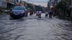 """Sau cơn mưa chiều, Tân An """"thất thủ"""" chìm trong biển nước"""