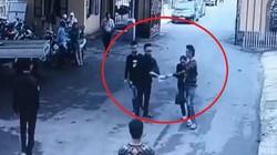"""Hà Nội: """"Cướp"""" hồ sơ tại buổi đấu giá đất ngay ở sân UBND huyện"""