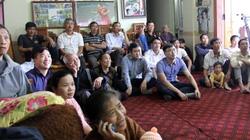 Bố mẹ Công Phượng om chè, rang lạc mời cả xóm cổ vũ ĐT Việt Nam