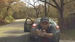 Cảnh sát Mỹ bị người vi phạm giao thông nổ súng bắn nát xe