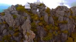 Kỳ lạ những ngôi đền thờ trắng nằm trên đỉnh núi cao chót vót