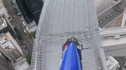 Thót tim xem cảnh lái mô tô ở tòa tháp với độ cao hơn 300 m