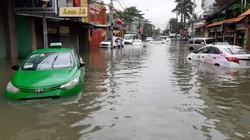 Clip: Sài Gòn ngập lút xe máy, hàng loạt ô tô ngâm nước sau trận mưa kỷ lục