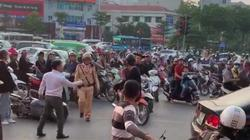 """Va chạm giao thông, 2 người đàn ông """"đấu võ"""" giữa phố Hà Nội"""