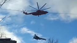 """Chỉ có ở Nga: Trực thăng """"dắt"""" tiêm kích đi dạo"""