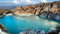 Hồ axit nước xanh như ngọc trên miệng núi lửa cao nghìn mét ở Indonesia