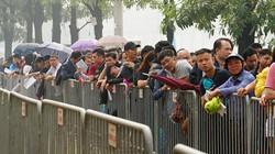 Clip: Hàng nghìn người đội mưa, nắng chờ nhận vé bóng đá mua online
