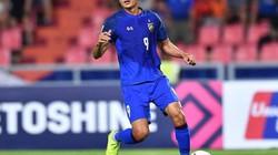 """CLIP: """"Cây dội bom"""" Adisak Kraisorn """"đá bay"""" vé chung kết của Thái Lan"""
