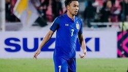 Bị loại khỏi AFFCup 2018, tuyển thủ Thái Lan bật khóc trên vai mẹ