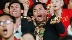 """CĐV """"chói lòa"""" nhất phố đi bộ Nguyễn Huệ đeo 13 kg vàng đi cổ vũ"""