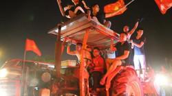 Công nông xuống phố, cờ Việt-Hàn vẫy tưng bừng sau chiến thắng thuyết phục