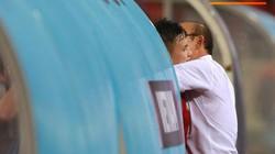 Hành động cảm động của Quang Hải với HLV Park Hang-seo sau trận