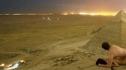 Cặp đôi khỏa thân trên đại kim tự tháp Giza ở Ai cập gây phẫn nộ