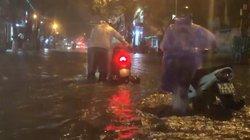 """Mưa lớn suốt đêm, người dân TP. Quảng Ngãi """"bì bõm"""" trong biển nước"""