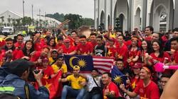 Khán đài Bukit Jalil kín chỗ, nhiều CĐV không thể vào sân cổ vũ