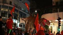 """Người Sài Gòn dẫn theo khủng long chúa """"đi bão"""" và nhiều trò kỳ dị"""