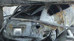 Hình ảnh hai ô tô bị cháy rụi gần trụ sở Liên đoàn bóng đá Việt Nam