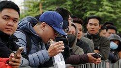 Clip: Người hâm mộ vừa đứng vừa ăn chờ lấy vé bóng đá online