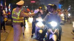 """Clip chiến sỹ CSGT đập tay ăn mừng cùng đoàn đi """"bão"""" gây thích thú"""