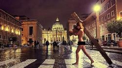 Cô gái bị bắt vì khỏa thân với cây thánh giá khổng lồ ở Vatican
