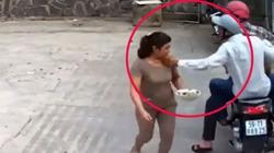 Clip: Áp sát người phụ nữ đi bộ, táo tợn giật phăng dây chuyền
