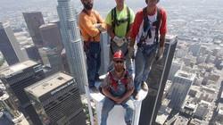 Thót tim cảnh công nhân treo mình trên độ cao hàng trăm mét để làm việc