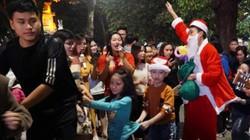 Ảnh: Người dân, du khách tập trung về khu vực phố cổ đón Noel sớm