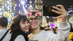 Hình ảnh giới trẻ đổ xô đến Nhà thờ Lớn chụp selfie đón Giáng sinh