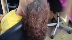 Rợn người cảnh cắt tóc bằng kiếm samurai sắc nhọn ở Tây Ban Nha