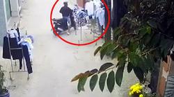 Clip DỊ: 2 thanh niên đi xe SH dừng xe, rút trộm quần áo đang phơi