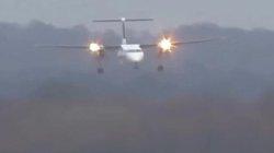 Máy bay chao đảo hạ cánh giữa cơn bão gió giật hơn 100km/h