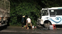 """Xe khách """"lọt mương"""" đèo Bảo Lộc, 29 hành khách hoảng loạn"""
