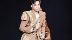 Phản ứng bất ngờ của S.T Sơn Thạch khi bị fan kéo tay không buông