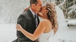 """Cô dâu chú rể hứng bão tuyết trong ngày cưới, nhiếp ảnh gia nhanh trí """"phù phép"""" thành bộ ảnh cưới có một không hai"""