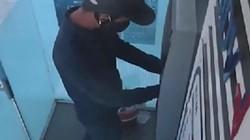 Truy tìm hai đối tượng bịt mặt lắp thiết bị ăn cắp thông tin tại cây ATM