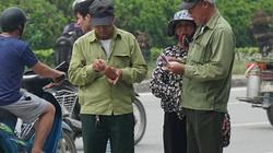"""Thương binh được """"cò"""" săn đón sau khi mua được vé ưu tiên trận Việt Nam - Malaysia"""