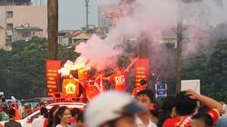 Hình ảnh CĐV đốt pháo sáng cổ vũ tuyển Việt Nam ngoài sân Mỹ Đình