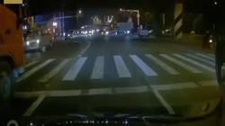 TQ: Sập cầu giữa đường đông đúc, nhiều người mắc kẹt trong ô tô bẹp rúm