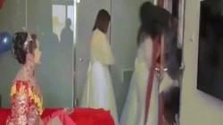 """Phù dâu """"gặp họa"""" khi dàn phù rể lao vào phòng đón dâu"""