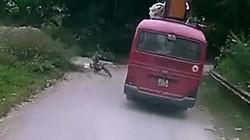 Clip: Cậu bé lao vào gầm xe khách thoát chết không ngờ