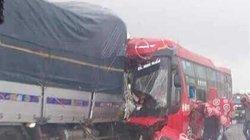 Xe khách đối đầu với xe tải, 16 người thương vong